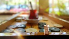 El backgammon tradicional del este del juego de la estrategia y corta en cuadritos Fotos de archivo