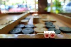 El backgammon tradicional del este del juego de la estrategia y corta en cuadritos Foto de archivo