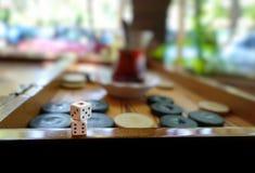 El backgammon tradicional del este del juego de la estrategia y corta en cuadritos Foto de archivo libre de regalías