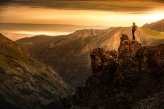 El Backpacker encima de la montaña admira la visión desde California P fotografía de archivo