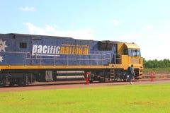 El Backpacker saldrá con el tren en el ferrocarril de Darwin Foto de archivo