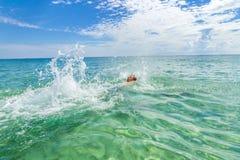 El backstroking adolescente hermoso en el océano Foto de archivo