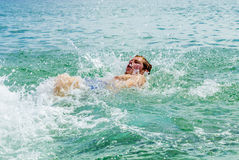El backstroking adolescente hermoso en el océano Fotografía de archivo