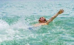 El backstroking adolescente hermoso en el océano Foto de archivo libre de regalías