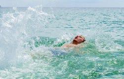 El backstroking adolescente hermoso en el océano Fotografía de archivo libre de regalías