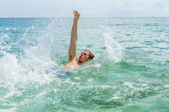 El backstroking adolescente hermoso en el océano Imagen de archivo