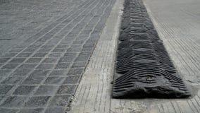 El badén negro para reducir tráfico, reduce velocidad abajo en el t Imágenes de archivo libres de regalías