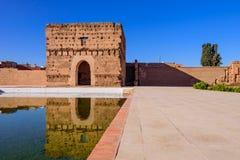 El Badi Palace i Marrakech medina med reflexion i vattendammet royaltyfri bild