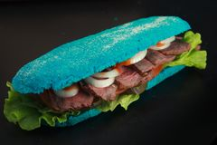 El baguette cocido azul llenó de la unión, rosbif del frío de la ensalada Foto de archivo