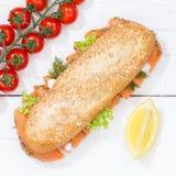 El baguette entero de los granos del grano del bocadillo sub con los pescados de color salmón ajusta Fotos de archivo libres de regalías