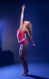 El bailarín atractivo se mueve agraciado en la luz de neón Imágenes de archivo libres de regalías