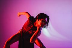 El bailarín contemporáneo adolescente moderno presenta delante del fondo del estudio Foto de archivo libre de regalías