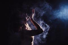 El bailarín contemporáneo adolescente moderno presenta delante del fondo del negro del estudio Foto de archivo