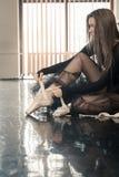 El bailarín de ballet de sexo femenino pone pointes Imagen de archivo