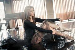 El bailarín de ballet de sexo femenino pone pointes Imagenes de archivo