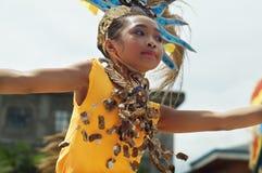 El bailarín de la calle de la muchacha en diversos trajes baila en la plaza de la iglesia Foto de archivo
