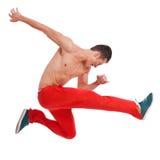 El bailarín de mirada fresco hace un salto difícil Fotografía de archivo libre de regalías