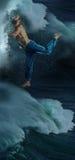 El bailarín de sexo masculino de la rotura en agua Foto de archivo