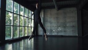 El bailarín de sexo masculino hace un salto de altura y se sienta en la guita en el aire Cámara lenta almacen de metraje de vídeo