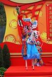 El bailarín en los zancos representa al jinete Imagen de archivo libre de regalías