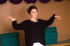 El bailarín está presentando en el movimiento Imágenes de archivo libres de regalías