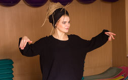 El bailarín está presentando en el movimiento Fotos de archivo libres de regalías