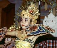 El bailarín está realizando un potpurri indonesio de la danza para los turistas Fotografía de archivo libre de regalías