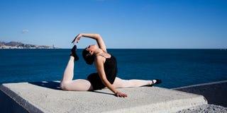 El bailarín flexible hace los outddors de las fracturas Imagenes de archivo