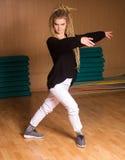 El bailarín hermoso está en actitud del baile Imagen de archivo