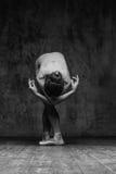El bailarín hermoso joven está presentando en estudio imagen de archivo libre de regalías