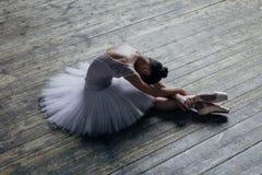 El bailarín hermoso joven está presentando en estudio imagenes de archivo