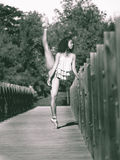 El bailarín latino con la pierna aumentó sobre su cabeza, monocromática Fotos de archivo
