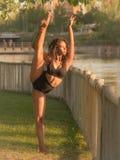 El bailarín latino con la pierna y el brazo aumentó sobre su cabeza Imágenes de archivo libres de regalías