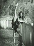 El bailarín latino con la pierna y los brazos aumentados cruzó, monocromático Imagen de archivo