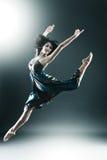 El bailarín moderno con estilo y joven del estilo está saltando Fotos de archivo libres de regalías