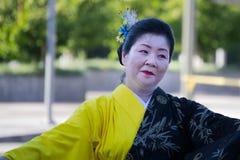El bailarín no identificado participa en la 73a semana anual G de Nisei foto de archivo