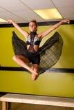 El bailarín que salta en estudio Imágenes de archivo libres de regalías