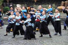 El baile chino del miao Imagenes de archivo