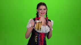 El baile de la muchacha con un vidrio de cerveza en su mano y la demostración manosean con los dedos para arriba almacen de video
