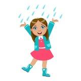 El baile de la muchacha debajo de las gotas de agua, niño en la lluvia de Autumn Clothes In Fall Season Enjoyingn y tiempo lluvio Fotografía de archivo