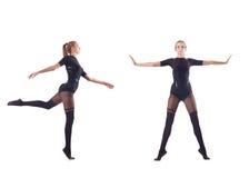El baile de la mujer joven en el fondo blanco Fotos de archivo