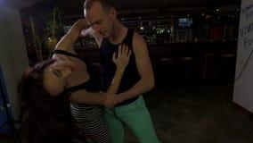 El baile de los pares y el ligar, mujer hace ondas hermosas almacen de metraje de vídeo
