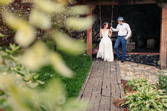 El baile de novia y del novio en el parque Imagen de archivo libre de regalías