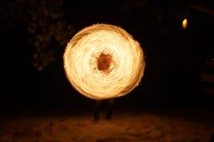 El baile del fuego en la playa fotografía de archivo libre de regalías