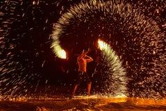 El baile del fuego muestra en la noche en la playa imágenes de archivo libres de regalías