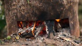 El baile flamea en un fuego woodburning real en una estufa woodburning almacen de metraje de vídeo