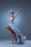 El baile hermoso de la bailarina en vestido largo azul Imagen de archivo