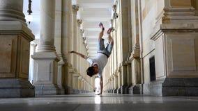 El baile joven del breakdancer en la calle en Karlovy varía almacen de metraje de vídeo