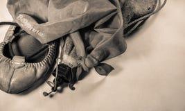 El baile vasco calza abarka y los accesorios en sepia Foto de archivo