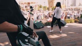 El bajista fresco se realiza en etapa con su banda Él es muy fresco y juega con sus fingeres en las secuencias almacen de metraje de vídeo